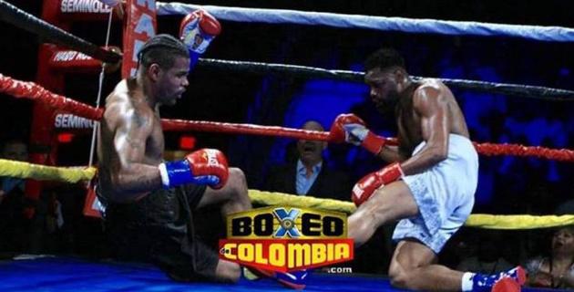 Боксеры одновременно отправили друг друга в нокдаун