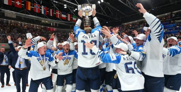 18-летний финский хоккеист в один год выиграл молодежный и взрослый чемпионаты мира