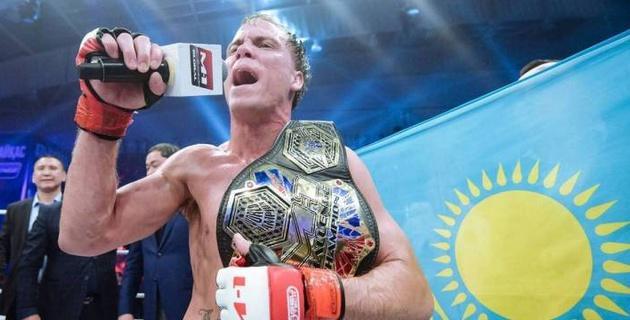 Чемпион M-1 из США защитил титул после победы в зрелищном бою над россиянином в Нур-Султане