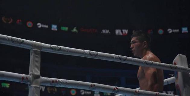 Казахстанский боксер выиграл решением бой с тремя нокдаунами