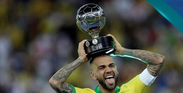 Бразилец Дани Алвес стал первым футболистом в истории с 40 завоеванными командными трофеями