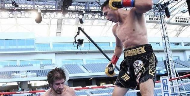 """""""Растерзал и уничтожил"""". В США восхитились победой Алимханулы нокаутом в бою за титулы от WBC и WBO"""