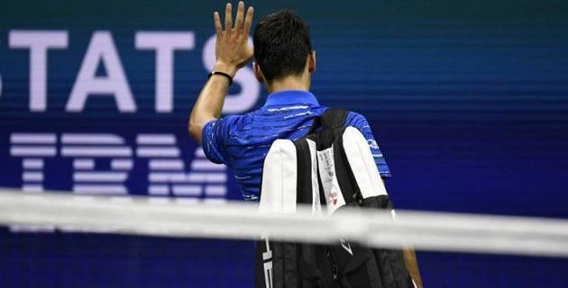 """""""Больше не хочу об этом говорить"""". Джокович снялся с матча из-за боли в плече и лишился шансов защитить титул чемпиона US Open"""