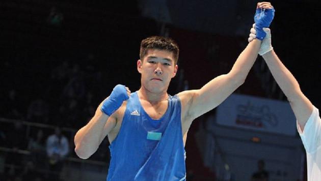 Казахстанский боксер выиграл бой с нокдауном на чемпионате мира
