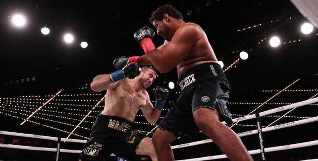 Супертяж с победой нокаутом над Дычко встал после нокдауна и выиграл дебютный бой в профи