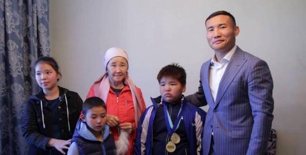 Канат Ислам подарил многодетной матери квартиру в столице