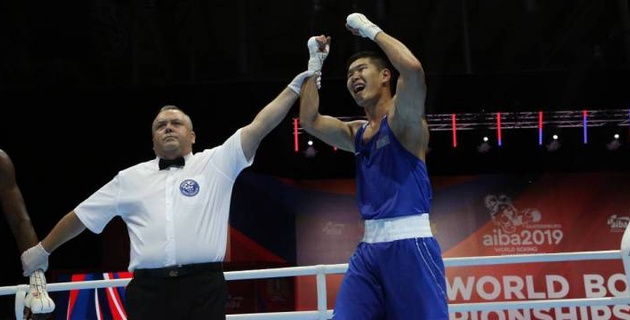 Казахстанец сенсационно победил олимпийского чемпиона в бою с нокдауном и вышел в финал ЧМ-2019