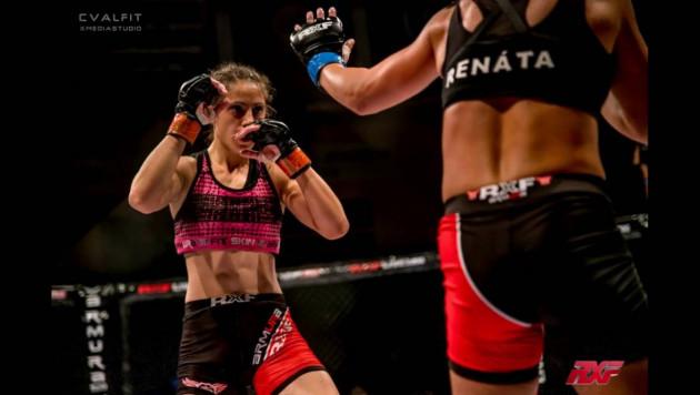 Девушка - боец MMA стоя задушила соперницу до потери сознания