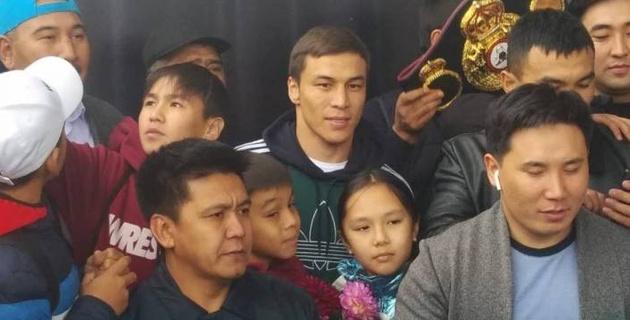 Небитый казахстанский боксер вернулся в Алматы после завоевания титулов от WBA и IBF