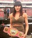 Снимавшаяся для Playboy чемпионка мира по боксу победила после поцелуя на взвешивании