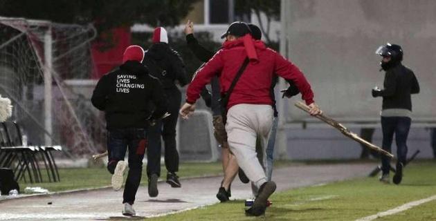 """Полсотни фанатов выбежали на поле, прервали матч и избили болельщиков """"Баварии"""""""