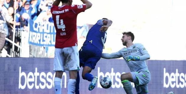 Вратарь ударил в пах забившего ему мяч соперника и был удален