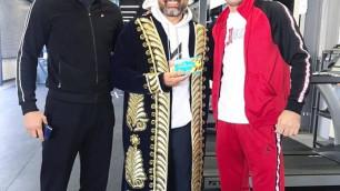 """""""Теперь я GGG"""". Тренеру главной сенсации-2019 в боксе подарили казахстанский шоколад и чапан"""