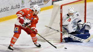Уже забивает и ассистирует. Как форвард сборной Казахстана по хоккею начал карьеру в Венгрии
