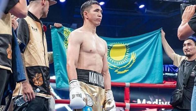 Видео трех нокдаунов, или как небитый казахстанец заставил соперника сдаться в бою за титул от WBC