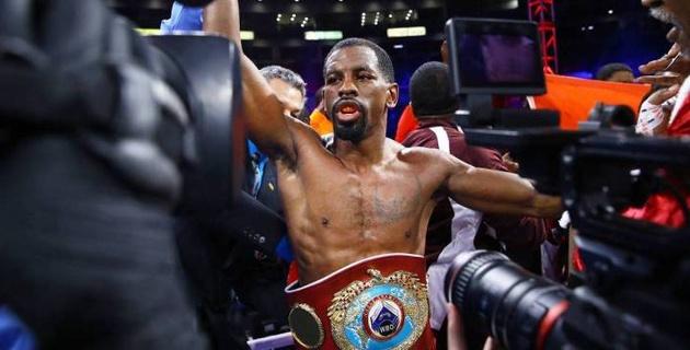 Главный бой вечера бокса с участием казахстанца завершился победой чемпиона мира