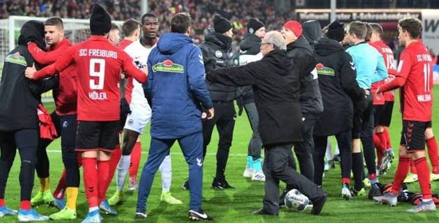 Футболист сбил с ног тренера команды соперника и спровоцировал потасовку на поле