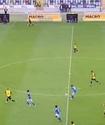 Футболист подловил вратаря и закинул мяч ему за шиворот с центра поля