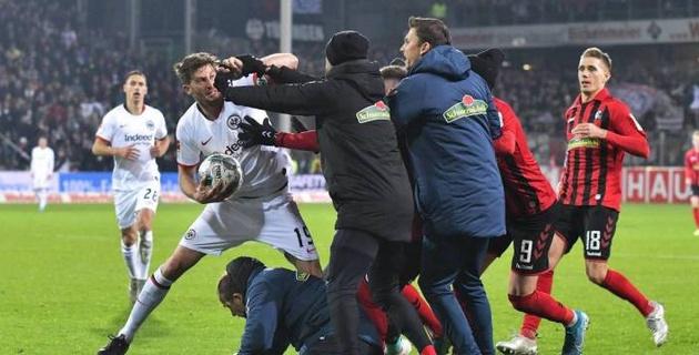 Сбившему с ног тренера команды соперника футболисту вынесли наказание