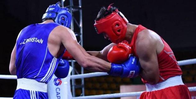 """Казахстан опередил Узбекистан на четыре """"золота"""" и выиграл командный зачет на молодежном ЧА по боксу"""
