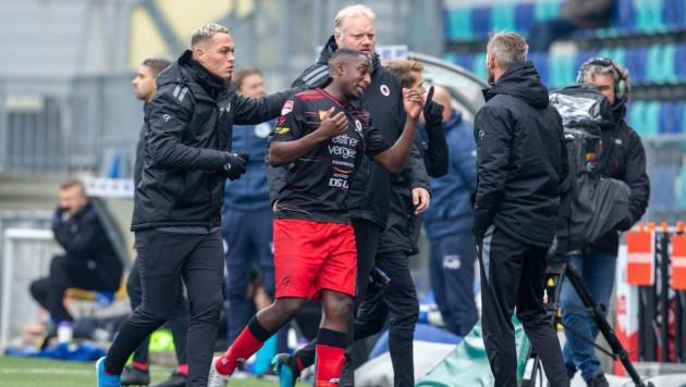 Футболист в ярости ушел с поля из-за расистов, вернулся и забил гол