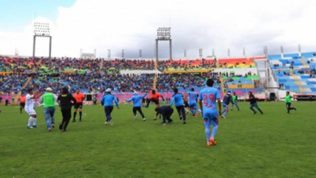 В Перу болельщики выбежали на поле и вместе с футболистами атаковали судью