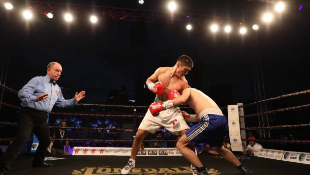 Казахстанский боксер отправил в нокдаун соперника с 19 победами и выиграл бой