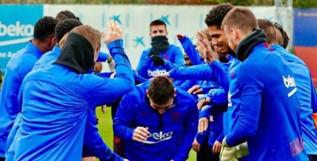 """Месси прошел через """"поздравительный коридор"""" из игроков """"Барселоны"""" в честь получения """"Золотого мяча"""""""