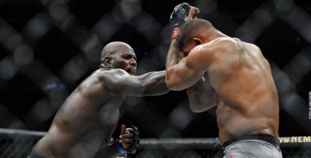 Бойцу UFC разорвало губу от нокаутирующего удара