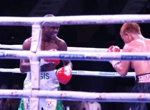 """""""Здесь мой второй дом"""". Небитый боксер из Нигерии - о казахском чапане, своей победе и болельщиках в Алматы"""