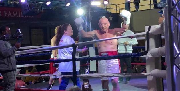 70-летний боксер нокаутировал 43-летнего соперника и стал рекордсменом