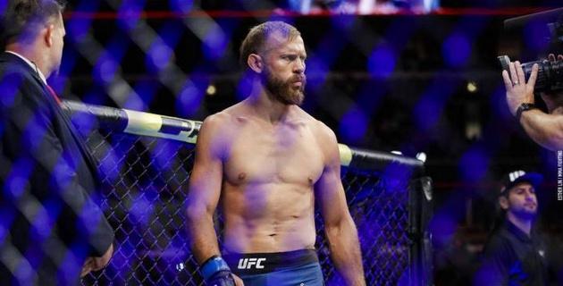 Лучший боец UFC по досрочным победам ответил на обвинения в сдаче боя МакГрегору