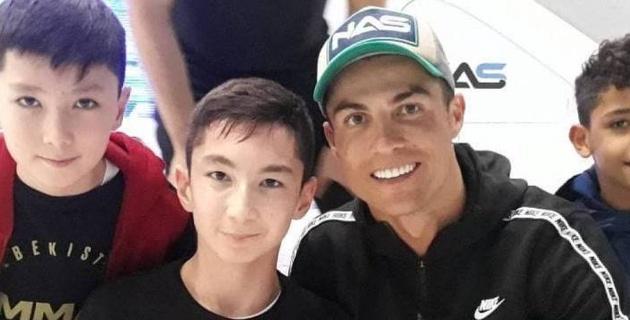Криштиану Роналду восхитился казахстанским мальчиком без ног