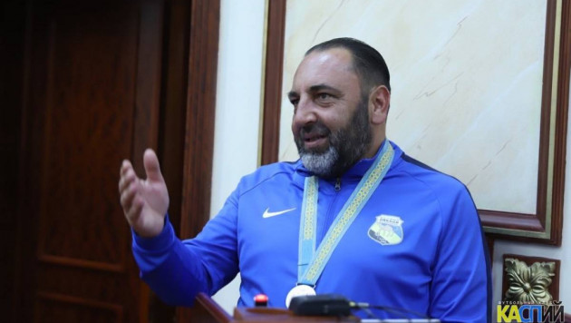 Новичок казахстанской премьер-лиги перевел главного тренера на две других должности