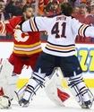 Массовая драка хоккеистов в матче НХЛ закончилась кулачным боем вратарей