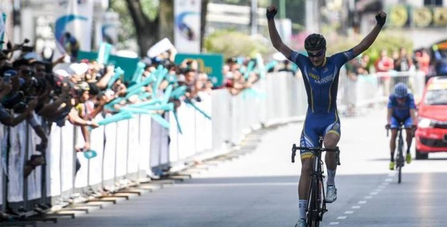 """19-летний казахстанский гонщик одержал победу на первом этапе """"Тура Лангкави"""""""