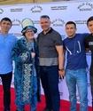 Казахстанские боксеры подарили чапан Фредди Роучу