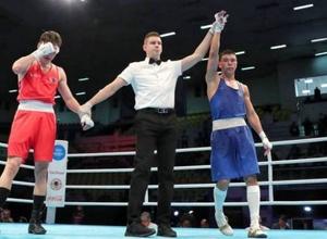 Двукратный призер ЧМ по боксу из Казахстана стартовал с победы в отборе на Олимпиаду-2020