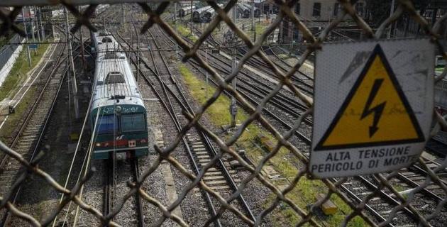 Футбольный арбитр пытался сбежать от полицейских и попал под поезд