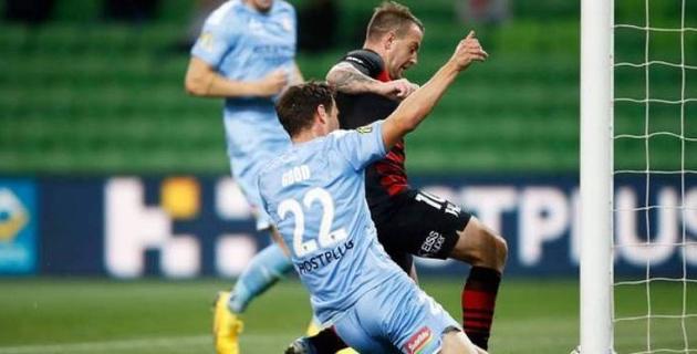 Футболист выбил мяч с ленточки из-под ног соперника и спас команду от поражения