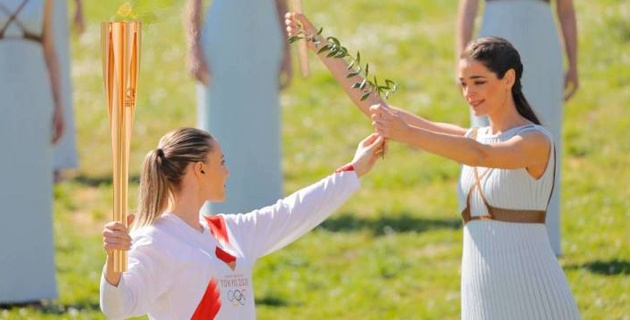 Греция передала Японии олимпийский огонь
