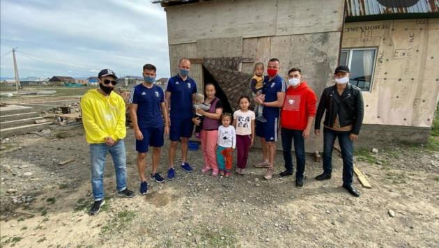 """Футболисты """"Жетысу"""" оказали помощь нуждающимся семьям"""