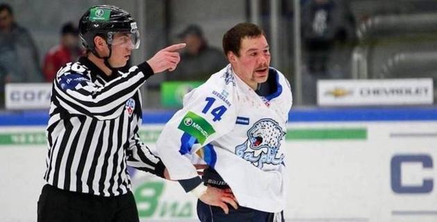 """Экс-тафгай """"Барыса"""" завершил карьеру хоккеиста. Как он дрался в КХЛ"""