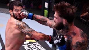Нереальный нокаут с гонгом об окончании раунда случился в соглавном бою UFC 250