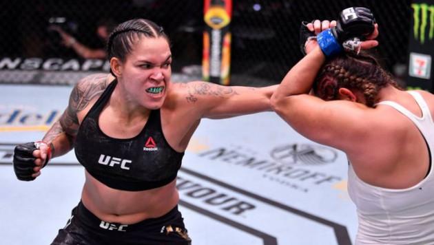 Лучшая в истории UFC девушка-боец избила соперницу и выиграла 11-й бой подряд