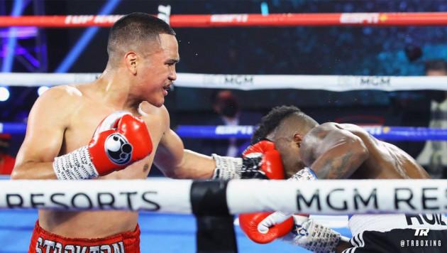 Американский боксер отправил соперника в нокдаун и выиграл с победой во всех раундах