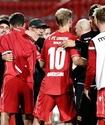 Футболисты отпраздновали с фанатами сохранение места в бундеслиге и поплатились