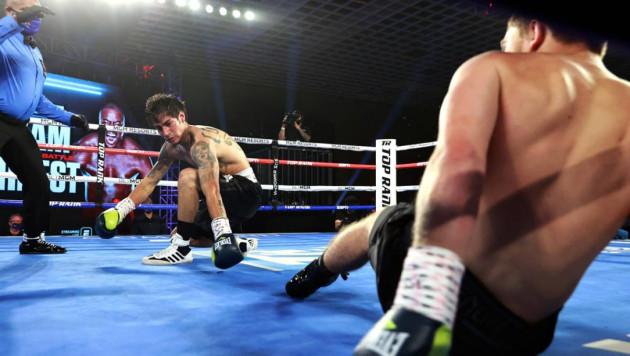 Американские боксеры одновременно отправили друг друга в нокдаун