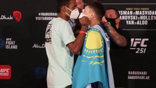 Казахстанец Жумагулов провел битву взглядов с соперником перед дебютом в UFC