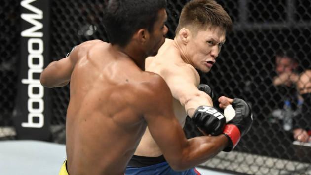 Удар в пах, пальцы в глаза и извинения команды соперника. Жумагулов рассказал подробности дебютного боя в UFC